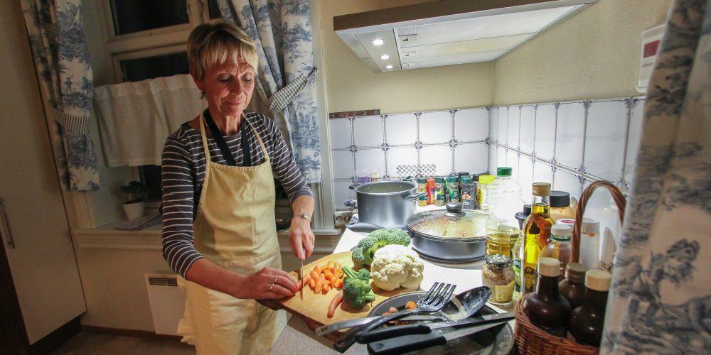Solbjørg i Nattehjemmet lager mat. Bilde