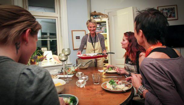 Solbjørg jobber frivillig på Natthjemmet og lager middag til beboerne flere ganger i uken. Bilde