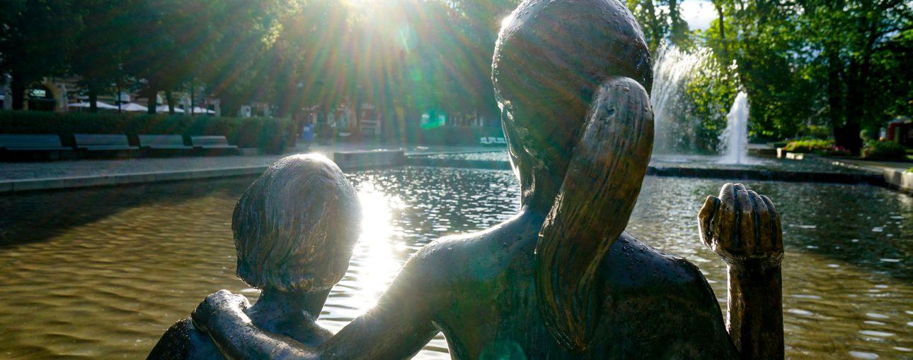 Statue som uttrykker samhold, styrke og håp.