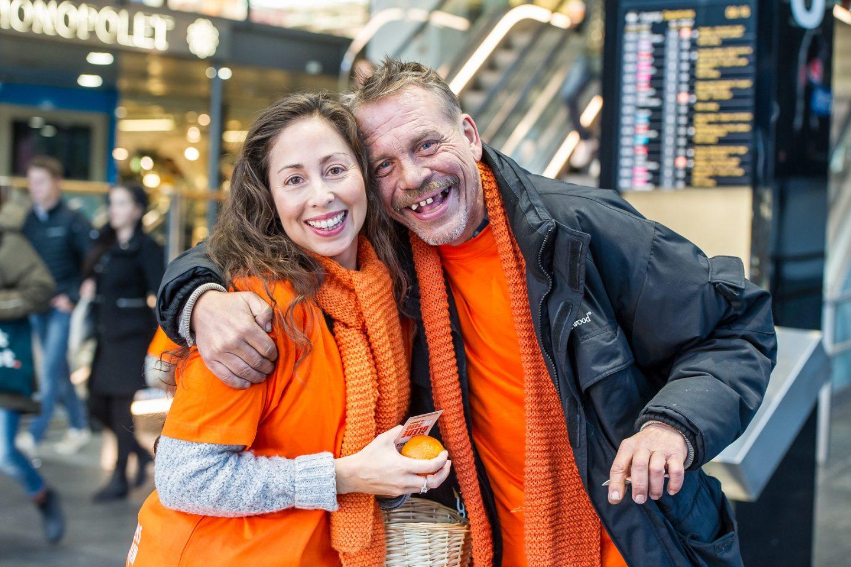 Bilde av en smilende mann og en kvinne fra aksjonsdagen, Årets varmeste dag, 1.november.