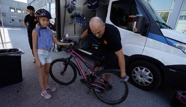 Rullende sykkelverksted i Østfold mekker sykler for barna