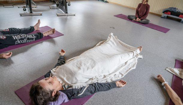 Ved rusbehandlingsinstitusjonen A-senteret tilbys yoga og meditasjon og andre teknikker for å hvile som del av behandlingen