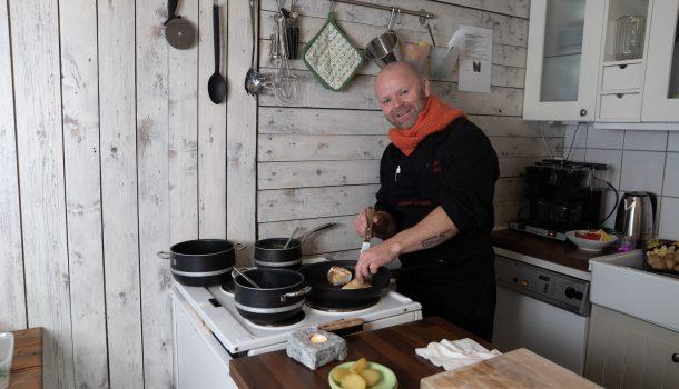 Kokk Erling Sundal lager mat for Kafe Møtestedet