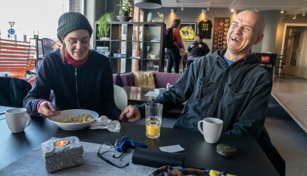 Ida og Sverre Johann Pedersen får seg et måltid og en prat på Møtestedet, Kirkens Bymisjons kafé i Bodø.